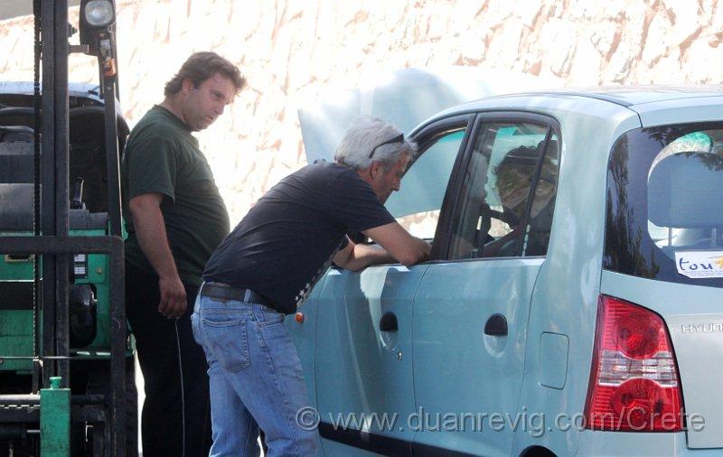 index albums photos crete rethymnon retymno argyroupolis petite voiture bleue en panne de batterie. Black Bedroom Furniture Sets. Home Design Ideas