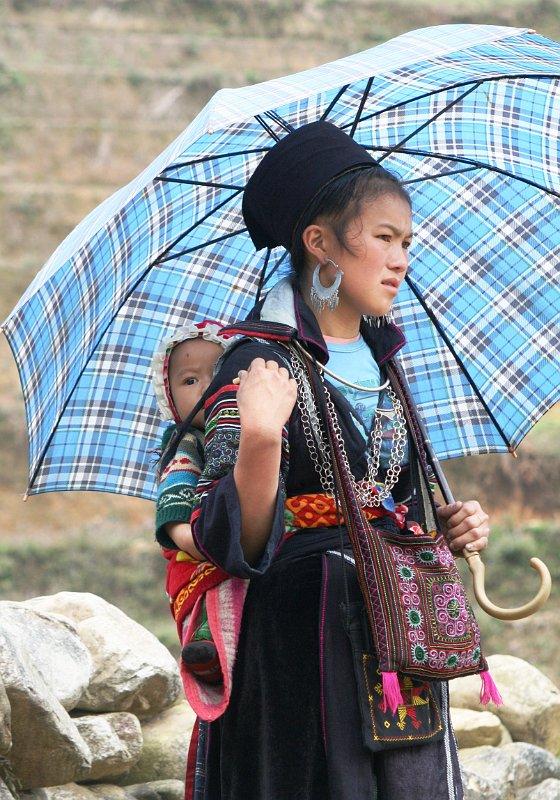 http://www.duanrevig.com/Vietnam/Sapa/slides/Jeune%20fille%20Hmong%20noire%20et%20son%20enfant.JPG